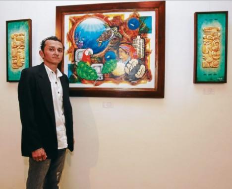 Julio Sanabria posa junto a la obra central de la exposición, que resume el concepto de la muestra.
