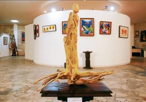 """Esta obra esculpida en madera de café se titula """"Mujer con aroma de café""""."""