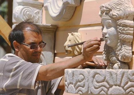 . José Cecilio Varela le da los últimos retoques a una de las esculturas que fabrica en su taller