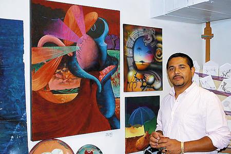 El hondureño Rafael Casco en su estudio de pintura.