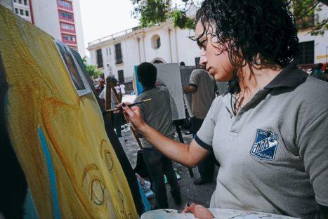 Alumnos de la escuela de Bellas Artes en el exterior de la Galeria Naconal