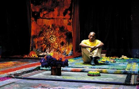 """El pintor hondureño Santos Arzú Quioto en el montaje de su más reciente obra """"La alfombra"""" (2013)."""