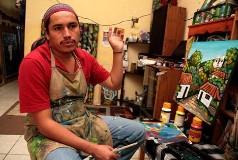 El artista hondureño Denis Berríos.