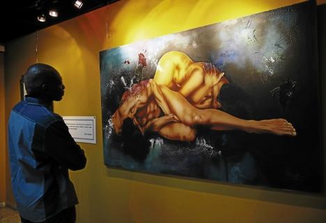 El artista Santos Arzú Quioto aprecia una de las obras del fallecido pintor Ziad Suliman, en una exposición que el IHCI hizo en su memoria.