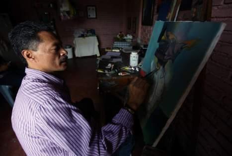 Efraín Benítez se toma su tiempo para pintar y utilizar como elemento las manos para llevar un mensaje sobre la sociedad